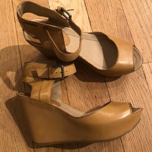 Kenneth Cole 6.5US wedge sandals. Tan leather.